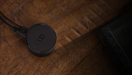Si tu tele no tiene Bluetooth, este adaptador de Dolby cuenta con entrada óptica y un gran alcance