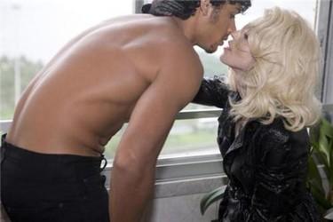 Madonna no quiere que su novio se junte con Lindsay Lohan