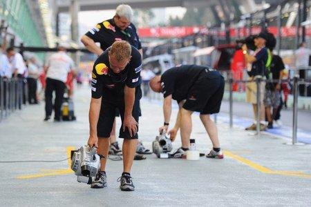 Personal de Red Bull Racing secando su pit-lane en libres del Singapur 2010