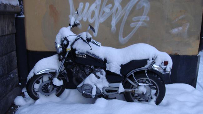 Moto bajo la nieve
