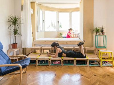 Soluciones para casas pequeñas: Cómo transformar un salón en dormitorio con zona de estudio