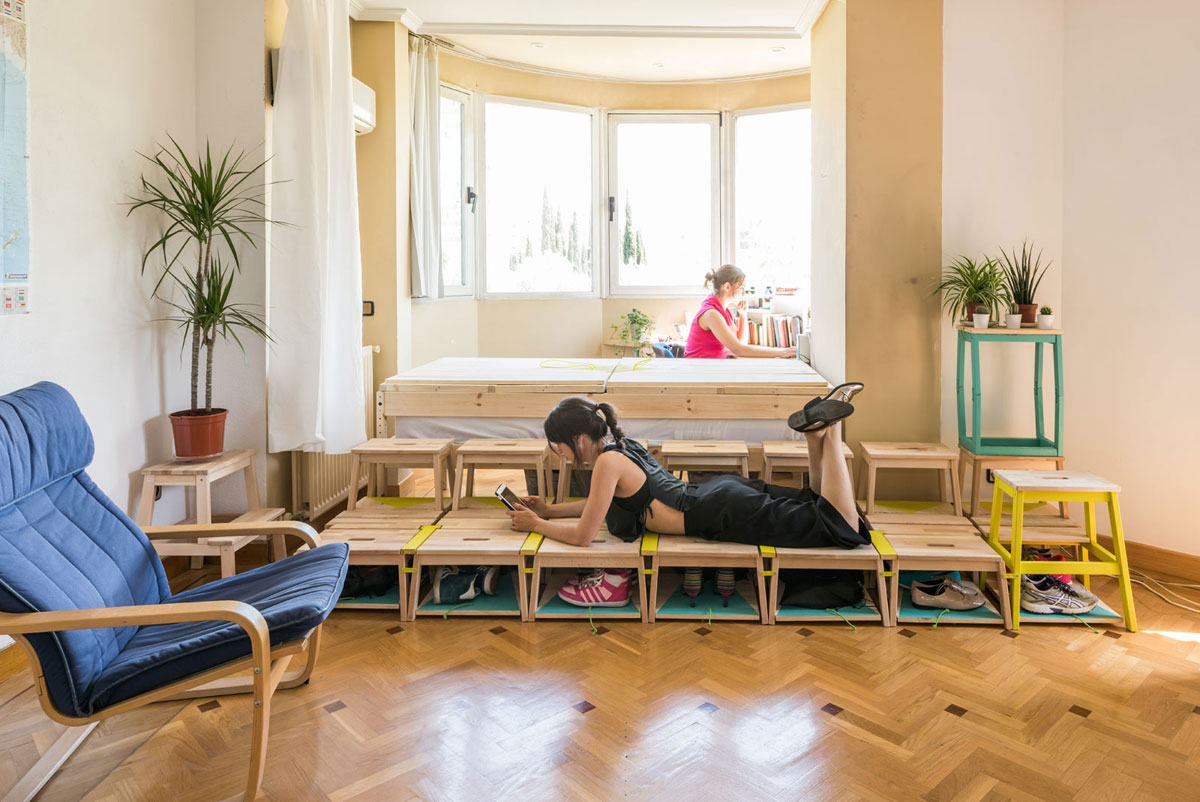 Soluciones para casas peque as c mo transformar un sal n en dormitorio con zona de estudio - Butacas pequenas para salon ...