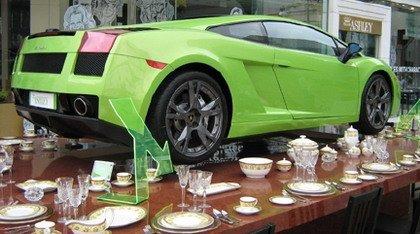 Un Lamborghini Gallardo apoyado sobre cuatro tazas
