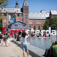 La medida de Ámsterdam para frenar la turistificación: prohibir las tiendas que rotulen en inglés