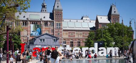 La medida de Ámsterdam para detener la turistificación: prohibir las tiendas que rotulen en inglés