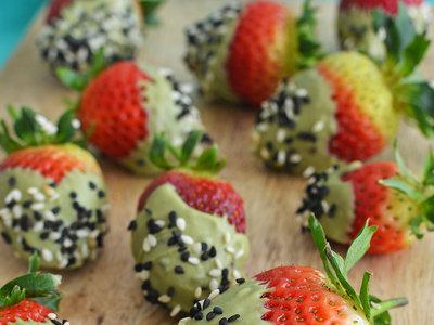Fresas cubiertas con chocolate blanco y matcha. Receta para San Valentín