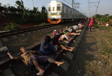 """Un """"Spa"""" sobre las vías del tren en Indonesia"""