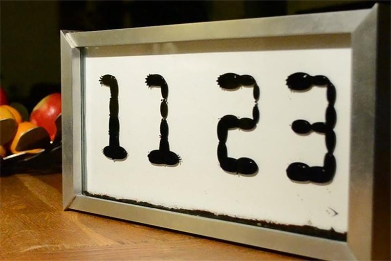 No hay forma más cautivante de mirar la hora que a través de este reloj de ferrofluido