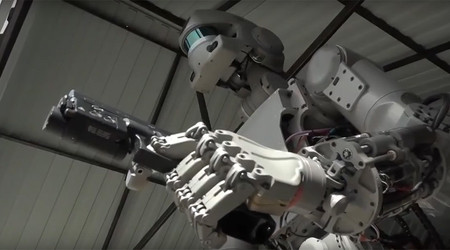 Este robot dispara pistolas como en una película de John Woo