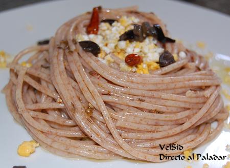 Nidos de espaguetis picantes con huevo y aceitunas