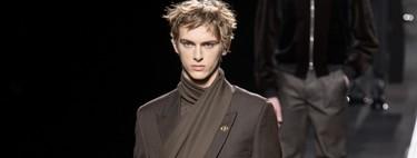 Así vas a llevar los fulares a partir de ahora por culpa de Dior Homme (y Robert Pattinson ha sido el primero en lucirlo así)