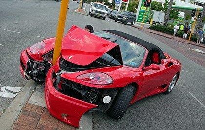 Dolor: Ferrari 360 Spider empotrado contra una farola