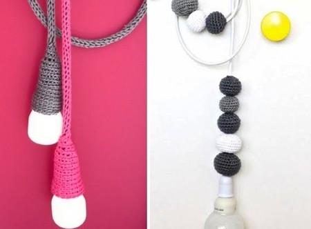 Portalámparas de lana, el 'yarn bombing' entra en el hogar