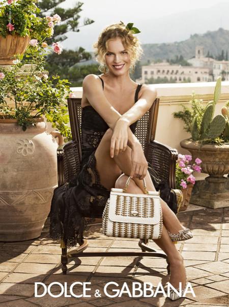 Dolce & Gabbana recurre a Eva Herzigova para que presente su colección estival de este año