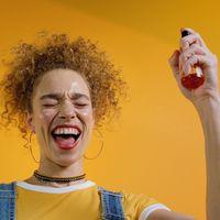 Las brumas faciales que te ayudarán a mantener tu piel hidratada durante todo el día (y en un solo gesto)