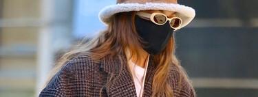 Gigi Hadid luce el abrigo del momento: a cuadros, lo firma Mango, está de rebajas y todavía está disponible