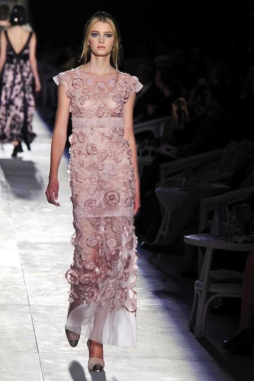 Foto de Chanel Alta Costura Otoño-Invierno 2012/2013: rosa, gris, brillos y nuevo vintage (56/61)