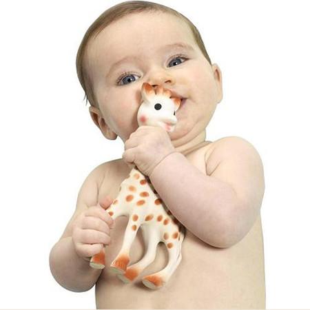 Cómo limpiar correctamente a la jirafa Sophie para evitar riesgos para tu bebé