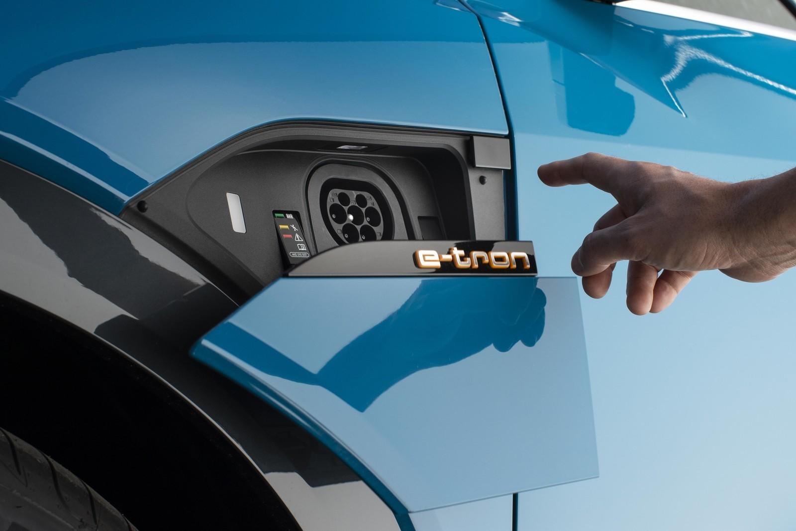 Foto de Audi e-tron (17/111)