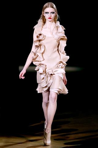 Foto de Givenchy Alta Costura Primavera-Verano 2010: una colección dominada por las transparencias (7/17)