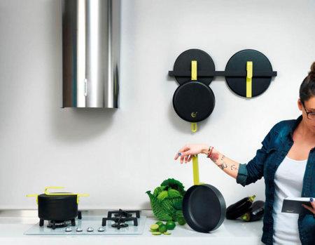 Hook, la batería de cocina diseñada por Karim Rashid incorpora un garfio para colgar