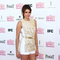 Nina Dobrev it girl perfil Spirit Awards 2013 mono blanco y negro de Michael Kors