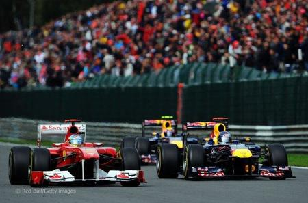 Fernando Alonso lucha con los Red Bull en Spa