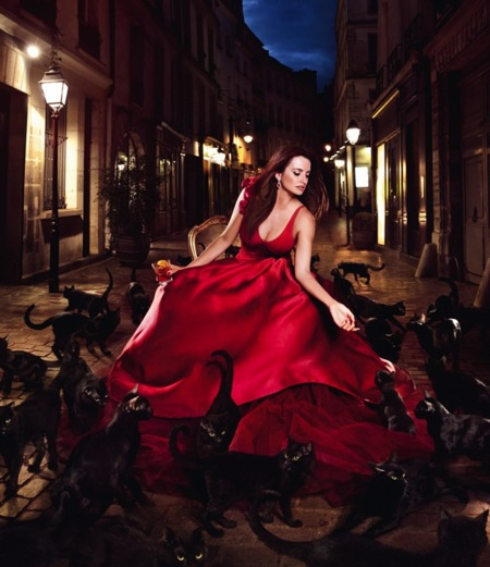 ¿Es la mujer de rojo? No, es la mujer Campari. Penélope Cruz es la protagonista de todo el calendario 2013