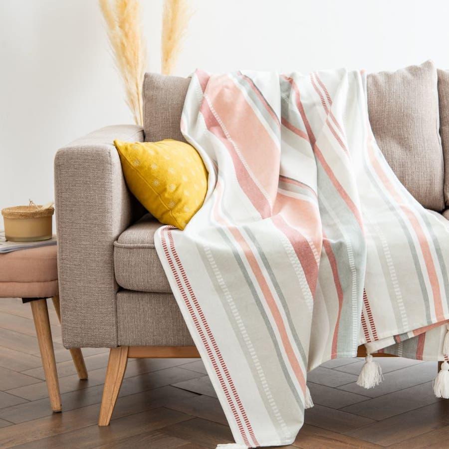 Manta de algodón multicolor con motivos decorativos de rayas y pompones 160x210
