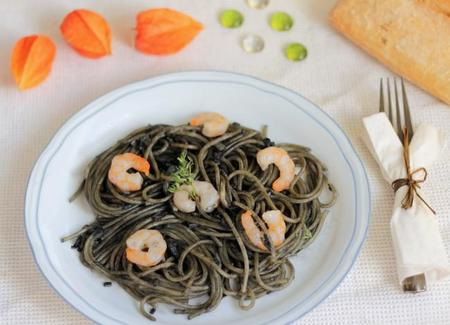 Spaghetti al nero di sepia con gambas. Receta