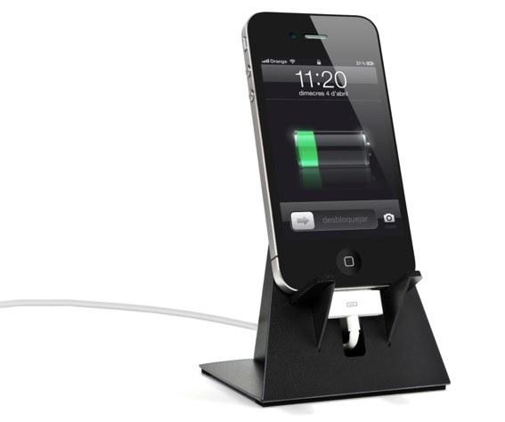 Base-Z en negro cargando el iPhone