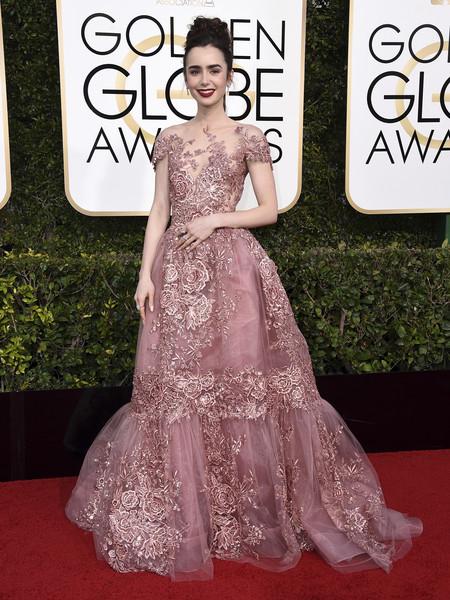 Globos de Oro 2017: Lily Collins apuesta por el moño alto y labios rojo mate