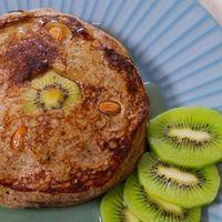 Hot cakes veganos de chocolate con jarabe de maíz y kiwi. Receta fácil para el desayuno