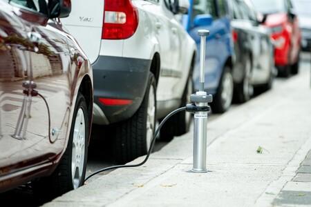 Estos puntos de recarga retráctiles para coches eléctricos se esconden bajo tierra cuando nadie los está usando