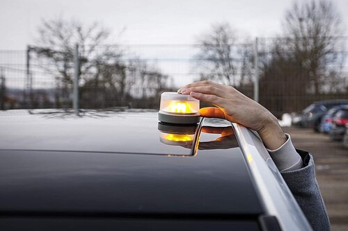 La luz de emergencia que sustituirá a los triángulos de los coches pronto será obligatoria: consíguela desde 19,95 euros
