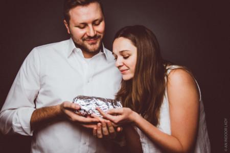 Cansados ante la presión por ser padres se hicieron una sesión de fotos  con su bebé: ¡un burrito!