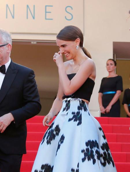 Natalie Portman apuesta por la falda midi en la alfombra roja de Cannes