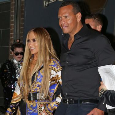 Jennifer López se atreve con un total look de Versace apto para muy pocas