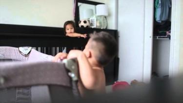 """Lo que sucede cuando dejas a dos bebés """"durmiendo"""" la siesta"""