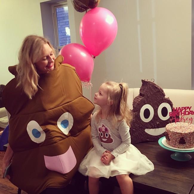 Ni princesas ni superheroínas: esta niña pidió celebrar su cumpleaños con una fiesta temática del emoji de caca