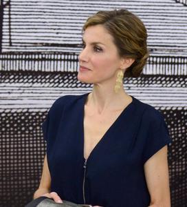 La reina Letizia inaugura la primavera con un look (low cost), perfecto para copiar