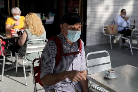 ¿Es obligatorio llevar la mascarilla todo el rato en terrazas, bares y restaurantes? Así es la normativa de cada comunidad autónoma