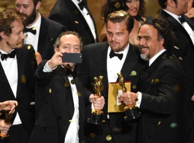 Emmanuel Lubezki, Leo DiCaprio y Alejandro G. Inarritu comparten un selfie
