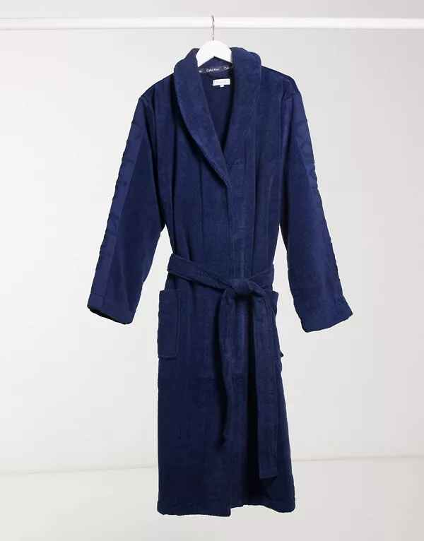 Albornoz azul marino de Calvin Klein con solapa de smoking y bolsillos