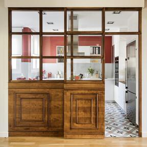 Las hechuras clásicas de un piso en el Eixample de Barcelona se reorganizan y se mezclan con el color para adaptarse a la vida contemporánea