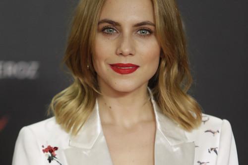 Aura Garrido aporta algo de glamour a la alfombra roja de los Premios Feroz con este esmoquin de Lanvin