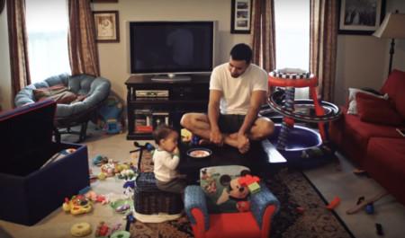 Un padre graba lo que hace por las tardes con su hijo cuando mamá no está en casa (y a ella le encanta)