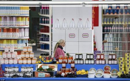 Un supermercado de lujo donde todos los productos que se venden son Chanel