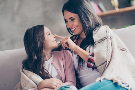 Madre Hija Sentadas Sonriendo Casa Hablando