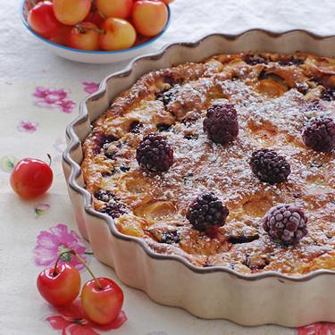 Clafoutis de moras y cerezas blancas: receta sin gluten ni lactosa